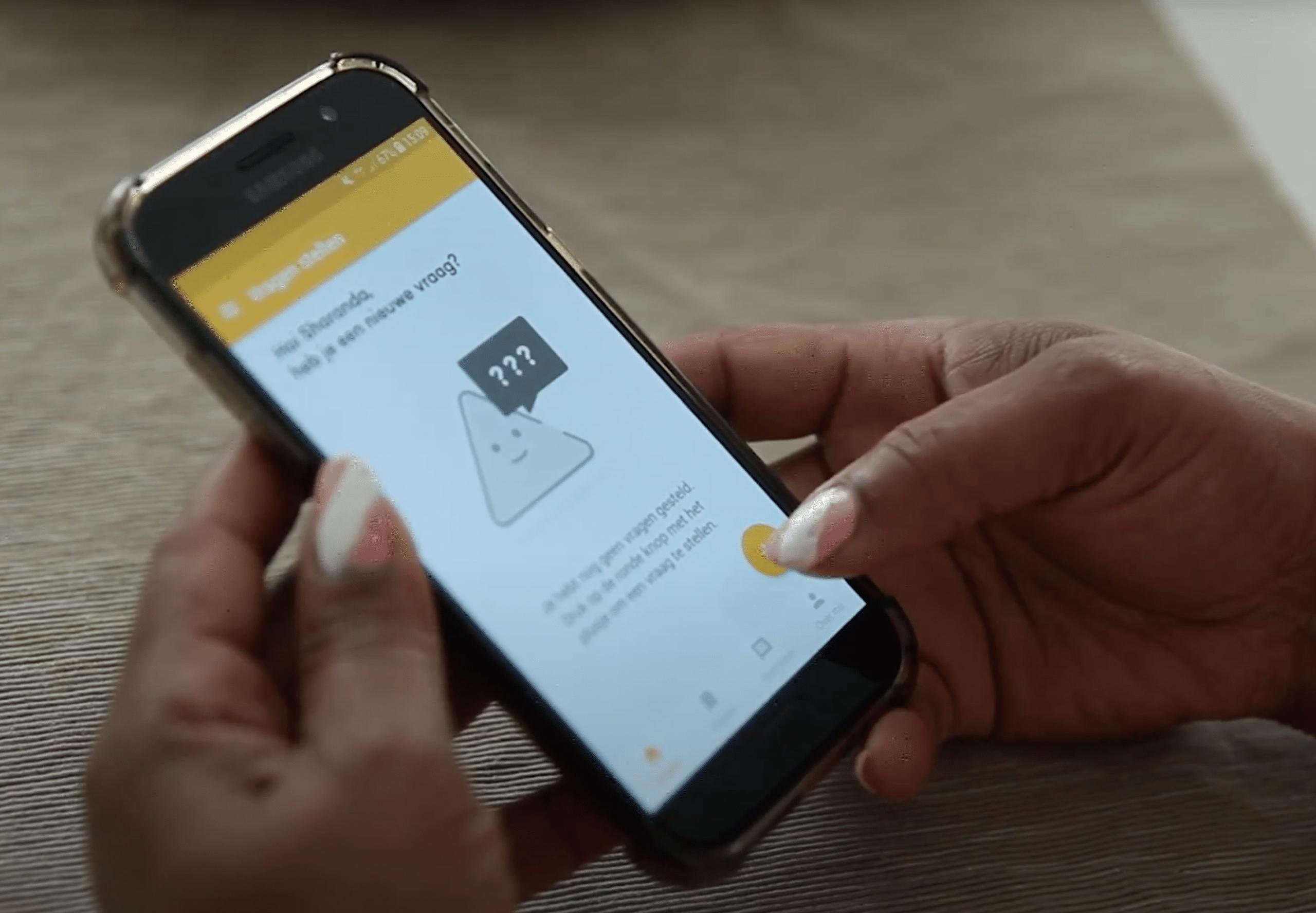 hand houdt telefoon vast met de app geweldige wijk
